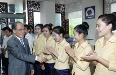 Nguyen Sinh Hung rencontre des entrepreneurs vietnamiens au Laos