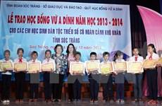 Des élèves pauvres de l'ethnie Khmer décrochent des bourses Vu A Dinh