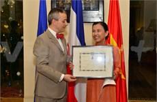 La rectrice de l'Université Lotus décorée de la Légion d'honneur