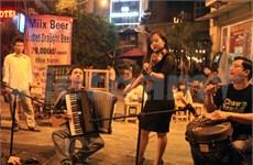 Gambade avec la musique de rue dans le Vieux quartier de Hanoi