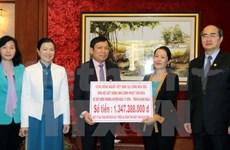 Le président du FPV rencontre les Viet kieu exemplaires