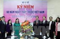 Des dirigeants du pays félicitent les médecins vietnamiens