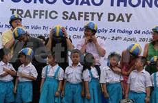 Quelque 500 casques offerts à des élèves de Hô Chi Minh-Ville