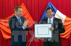 La France honore deux personnalités éminentes de Thua Thien-Hue