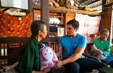 Un  enseignant américain et son voyage d'allumer des bougies au Vietnam