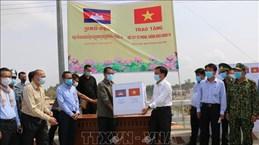 COVID-19: Dong Thap offre des fournitures médicales à la province de Prey Veng (Cambodge)