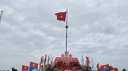 Cérémonie du lever du drapeau de la réunification nationale sur Hiên Luong, à Quang Tri