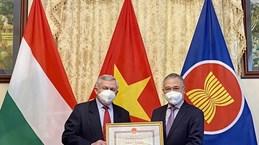 Les  responsables  de l'Association d'amitié Hongrie-Vietnam à l'honneur