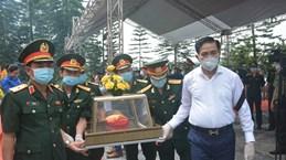 Centre: Inhumation des restes d'une centaine de soldats et experts vietnamiens tombés au Laos