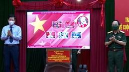 Remise à la province de Quang Binh d'un logiciel sur la vie et la carrière du général Giap