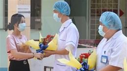 Une patiente de COVID-19 sort de l'hôpital à Ben Tre
