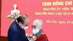 Remise de l'Insigne des «75 ans de membre du Parti » à l'ancienne vice-présidente Nguyen Thi Binh