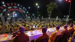 Les bouddhistes portent des masques en célébrant la fête Vu Lan à la pagode Ninh Tao (Ha Nam)