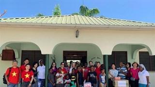 L'Association des femmes vietnamiennes en Tanzanie offre des cadeaux aux orphelins