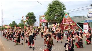 """Dak Nong : Le carnaval """"La route de la brocatelle"""" attire 2.000 artisans et artistes"""
