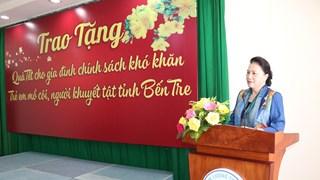 La présidente de l'AN offre des cadeaux du Têt à des familles démunies de Ben Tre