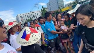 Phillipines : les jeunes vietnamiens offrent des cadeaux aux pauvres