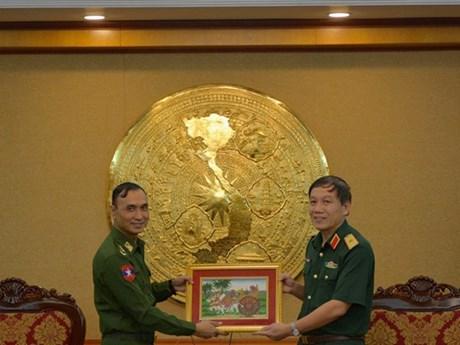 Des jeunes officiers militaires du Myanmar visitent l'Académie technique militaire