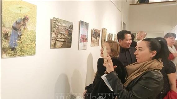 """Ouverture de l'exposition photographique """"Battements du cœur des Vietnamiens"""" en Hongrie"""