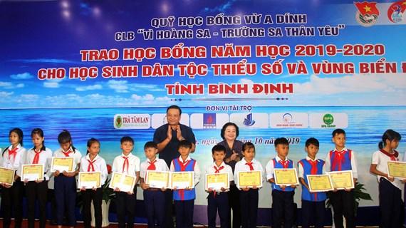 Binh Dinh: 110 bourses d'études remises à des élèves en difficulté