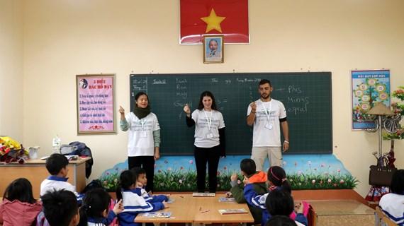 Des volontaires israéliens se joignent à une activité d'enseignement à Lao Cai