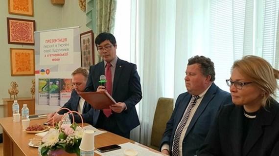 Lancement du premier manuel d'enseignement de langue vietnamienne en Ukraine