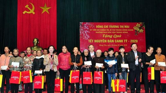 Des fonctionnaires formulent leurs vœux du Têt et présentent des cadeaux aux personnes défavorisées
