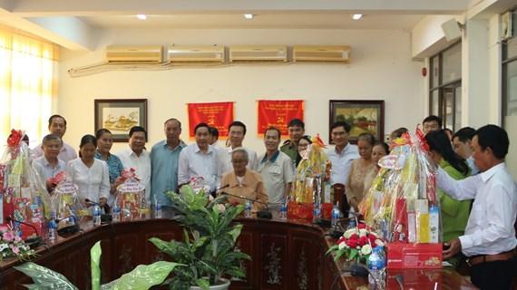Têt: Des cadeaux offerts aux familles méritantes de la province de Dong Nai (Sud)
