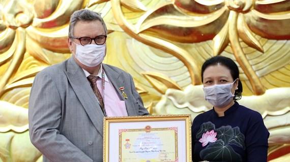 L'insigne « Pour la paix, l'amitié entre les peuples » à l'ambassadeur de Finlande au Vietnam