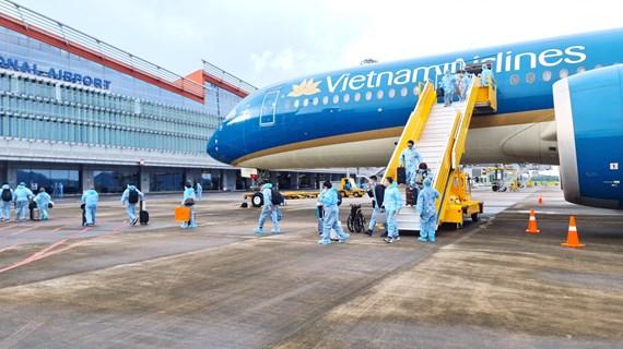 """L'aéroport de Van Don accueille des passagers venus de France avec un """"passeport vaccinal"""""""
