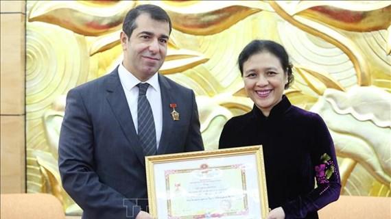 L'insigne « Pour la paix, l'amitié entre les peuples » à l'ambassadeur d'Azerbaïdjan au Vietnam