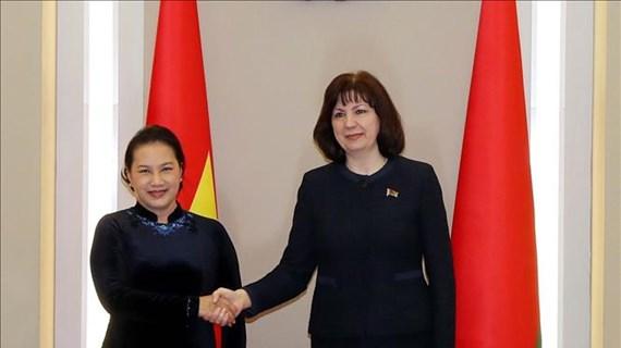 La présidente de l'AN Nguyen Thi Kim Ngan s'entretient avec la présidente du Sénat de la Biélorussie