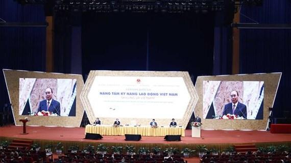Le PM assiste au forum « Elever le savoir-faire des travailleurs vietnamiens »