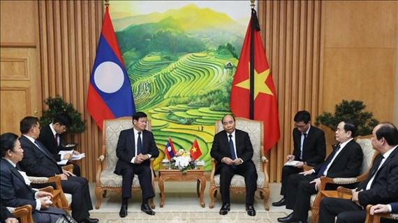 Le PM Nguyen Xuan Phuc rencontre son homologue laotien à Hanoï