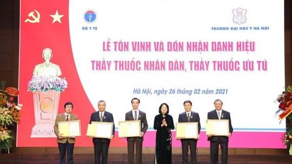 La vice-présidente de la République décerne le titre de «Médecin du peuple» à cinq médecins