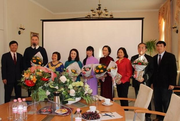 La Journee des enseignants du Vietnam celebree en Allemagne et au Cambodge hinh anh 1