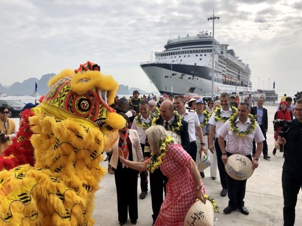 Le 15 millionieme touriste etranger foule le sol vietnamien hinh anh 1
