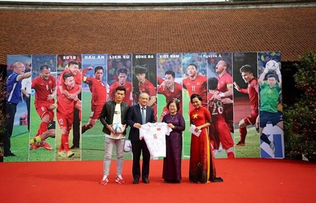 Une exposition de photos sur le football vietnamien hinh anh 1