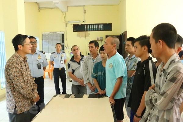 Des cadres de l'ambassade du Vietnam rendent visite aux pecheurs arretes en Indonesie hinh anh 1