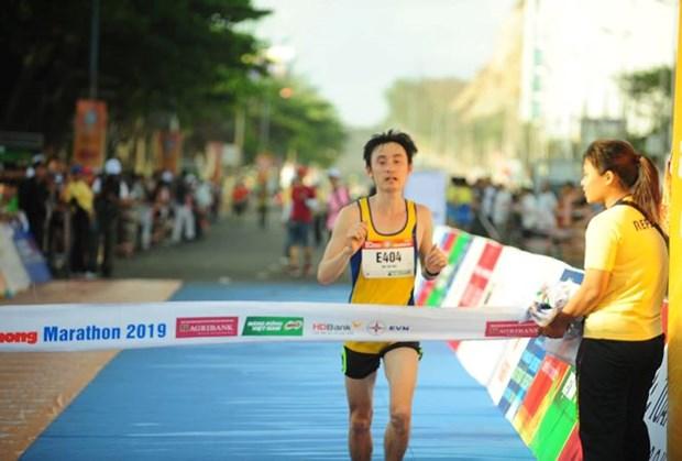 Environ 2.000 coureurs au tournoi national de Marathon du journal Tien Phong hinh anh 1