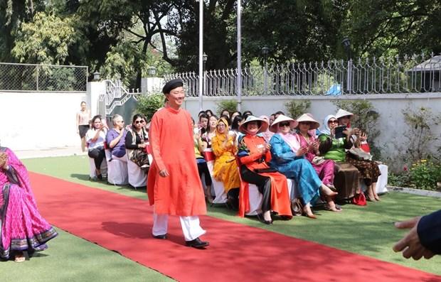 Promotion de l'ao dai du Vietnam aupres des amis aseaniens et indiens hinh anh 1
