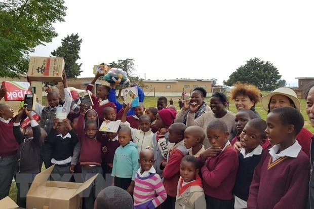 Une delegation de diplomates vietnamiens offre des cadeaux aux enfants au Lesotho hinh anh 1