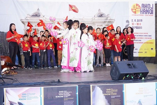 Des fetes culturelles relient la communaute vietnamienne et les Tcheques hinh anh 1