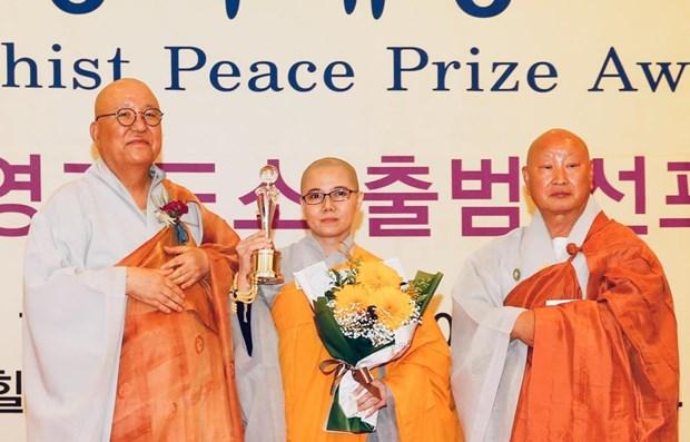 Une bonzesse vietnamienne recoit un prix de la paix du bouddhisme hinh anh 1