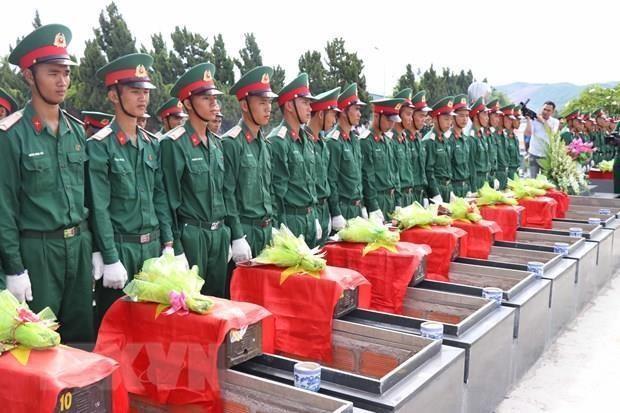 Inhumation des restes de soldats vietnamiens a Kien Giang et a Gia Lai hinh anh 1