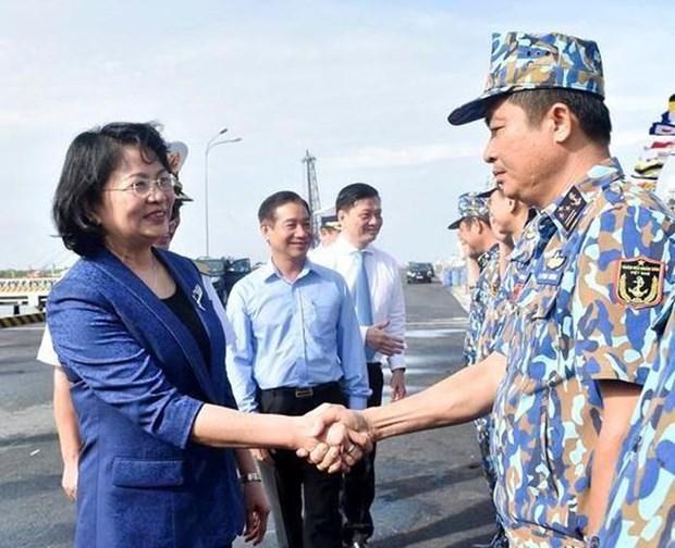 La vice-presidente Dang Thi Ngoc Thinh rend visite aux officiers et soldats de la 2e zone navale hinh anh 1