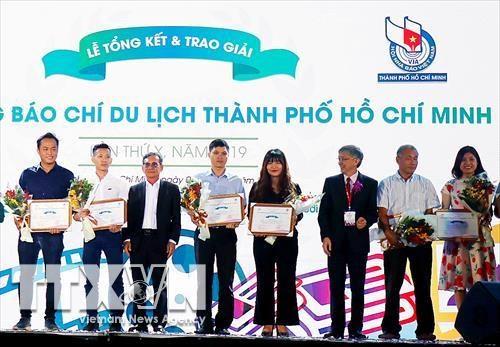 Tourisme : deux journalistes de la VNA recoivent des prix de Ho Chi Minh-Ville hinh anh 1