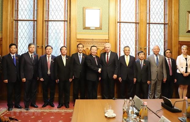 Le vice-president de l'AN Phung Quoc Hien en visite de travail en Hongrie hinh anh 1