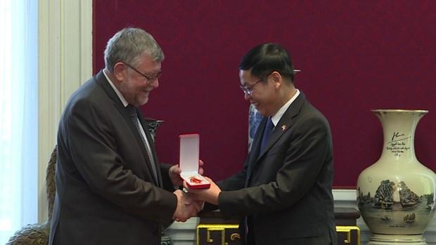 Remise de l'Ordre de l'amitie a l'Association Belgique – Vietnam hinh anh 1