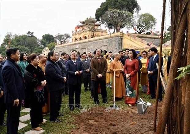 Des dirigeants font offrande de baguettes d'encens a la cite imperiale de Thang Long hinh anh 1